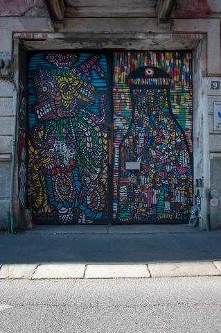 Portone casa occupata via privata Leonardo Bruni